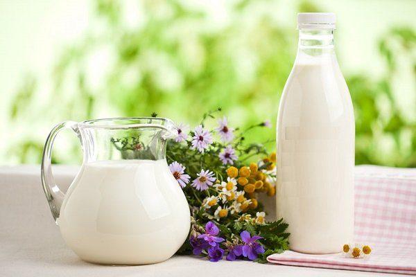 Молоко и цветы на столе